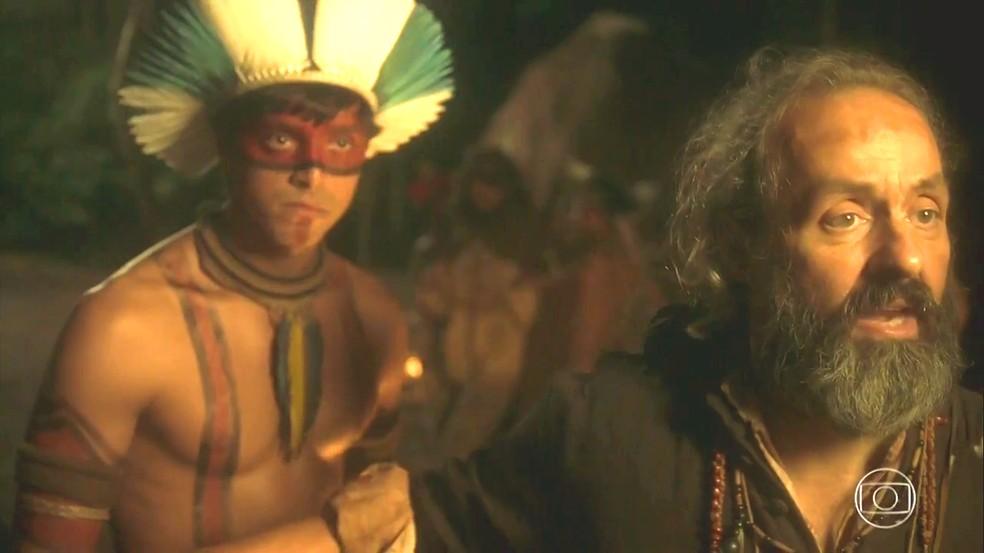 Piatã (Rodrigo Simas) e padre Olinto (Daniel Dantas) são expulsos da aldeia, em 'Novo Mundo' — Foto: TV Globo