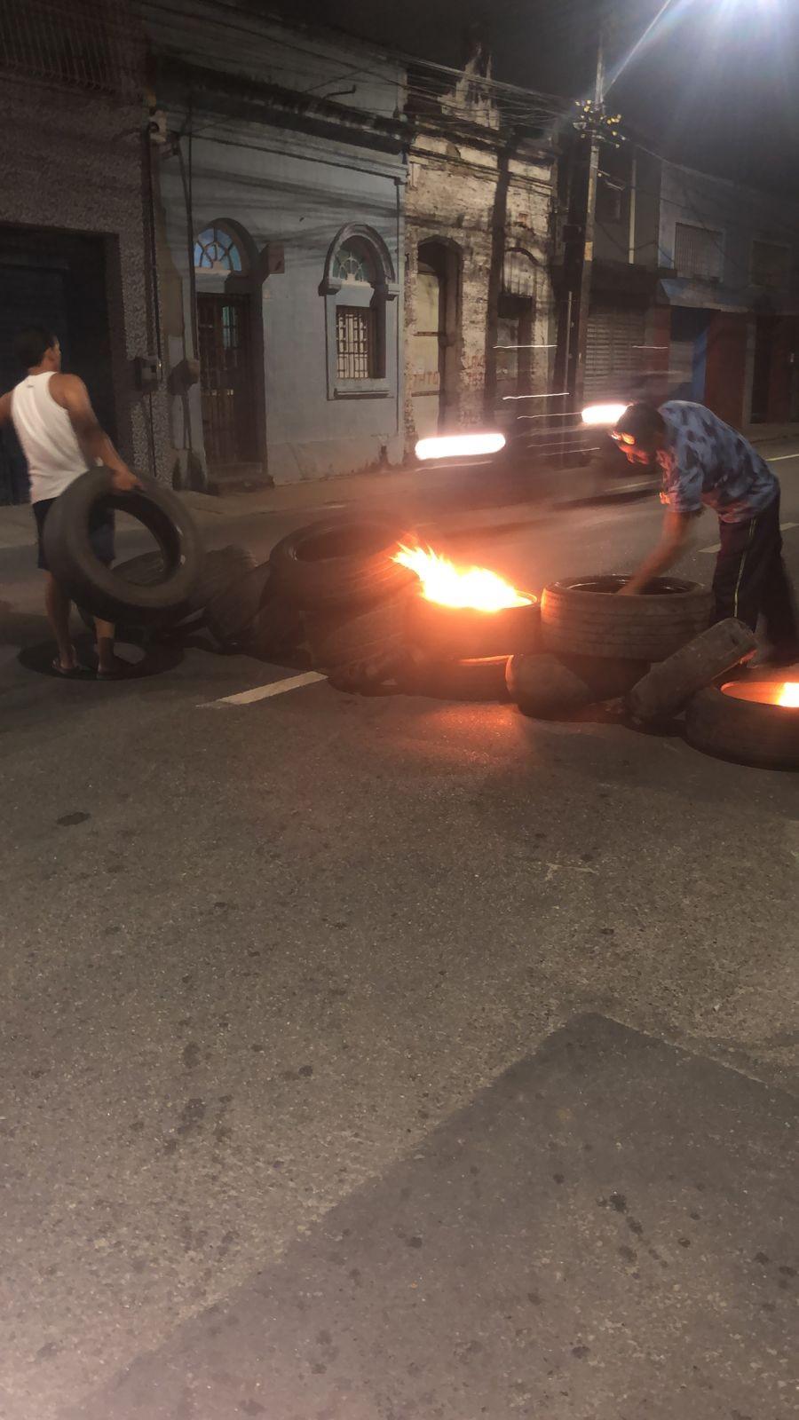 Manifestantes queimam pneus e fecham Rua Imperial, no Centro do Recife; veja vídeo