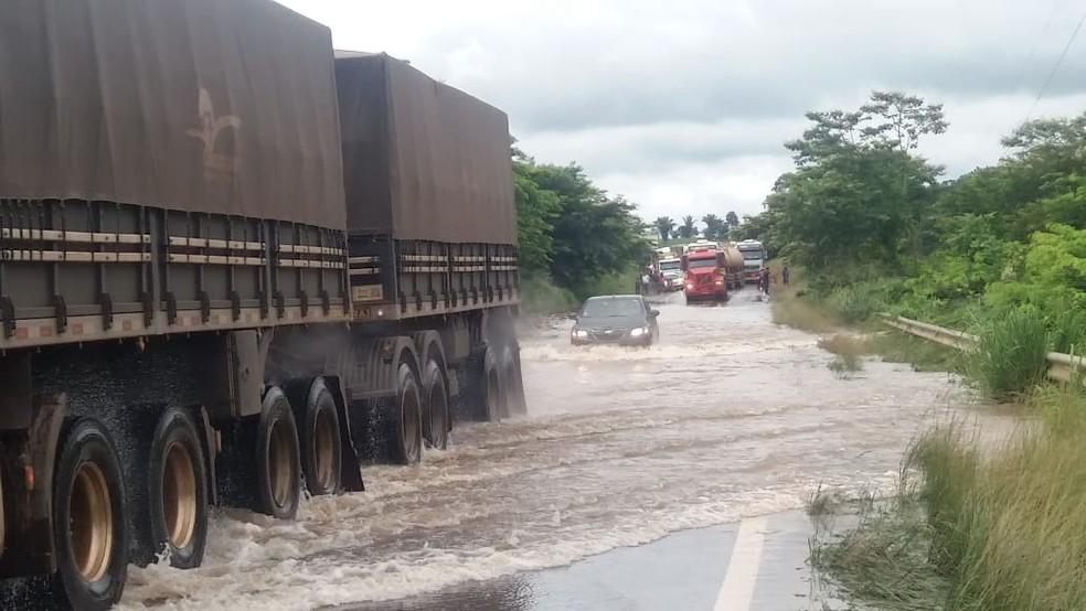 Trânsito segue prejudicado no local — Foto: Jeferson Carlos/ G1