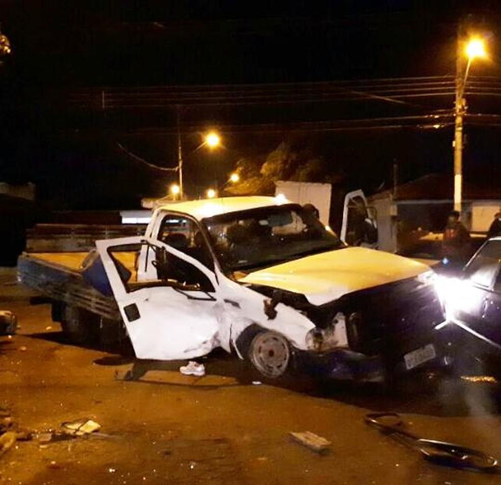 Passageira da caminhonete foi arremessada após ser atingida pelo carro desgovernado em Marília (Foto: Marília Urgente / Divulgação )
