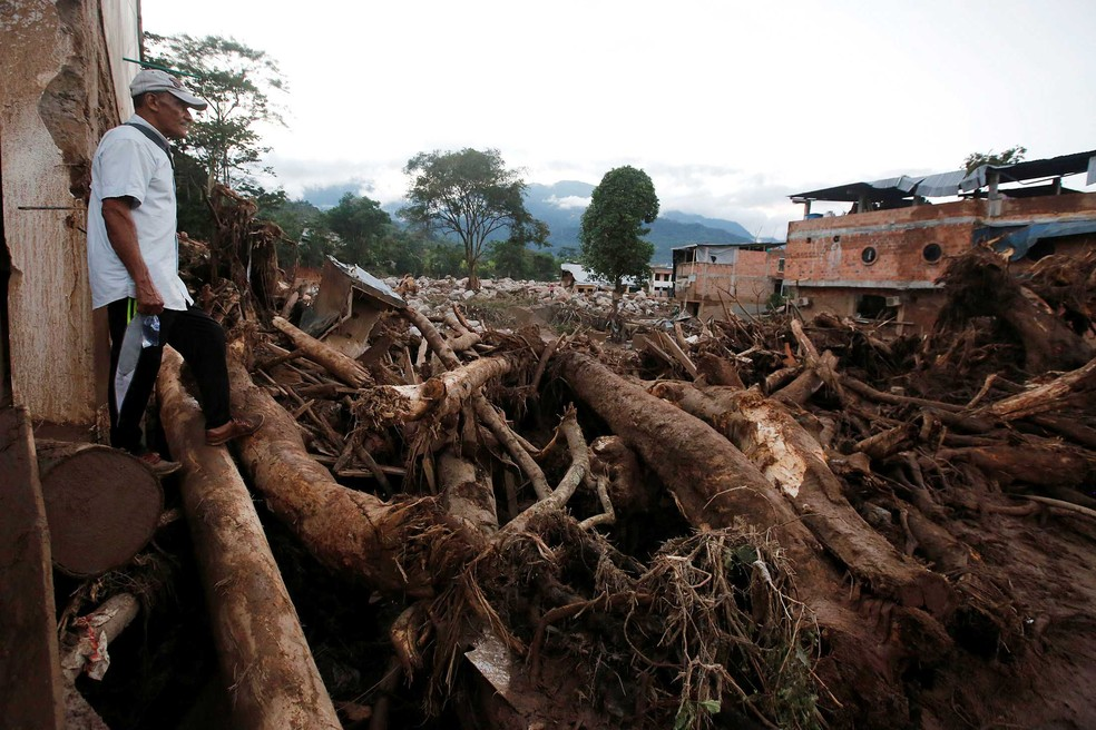 Homem olha área destruída pelas chuvas em Mocoa, na Colômbia, no sábado (1º) (Foto: Jaime Saldarriaga/ Reuters)