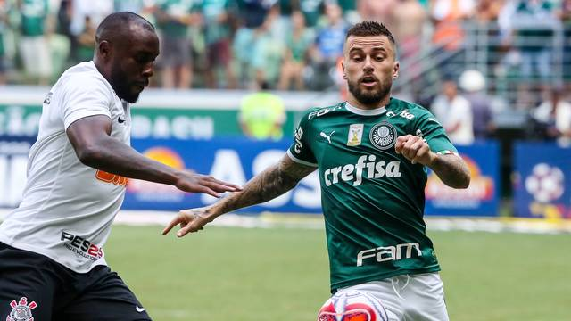 Lucas Lima, do Palmeiras, disputa com Manoel, do Corinthians