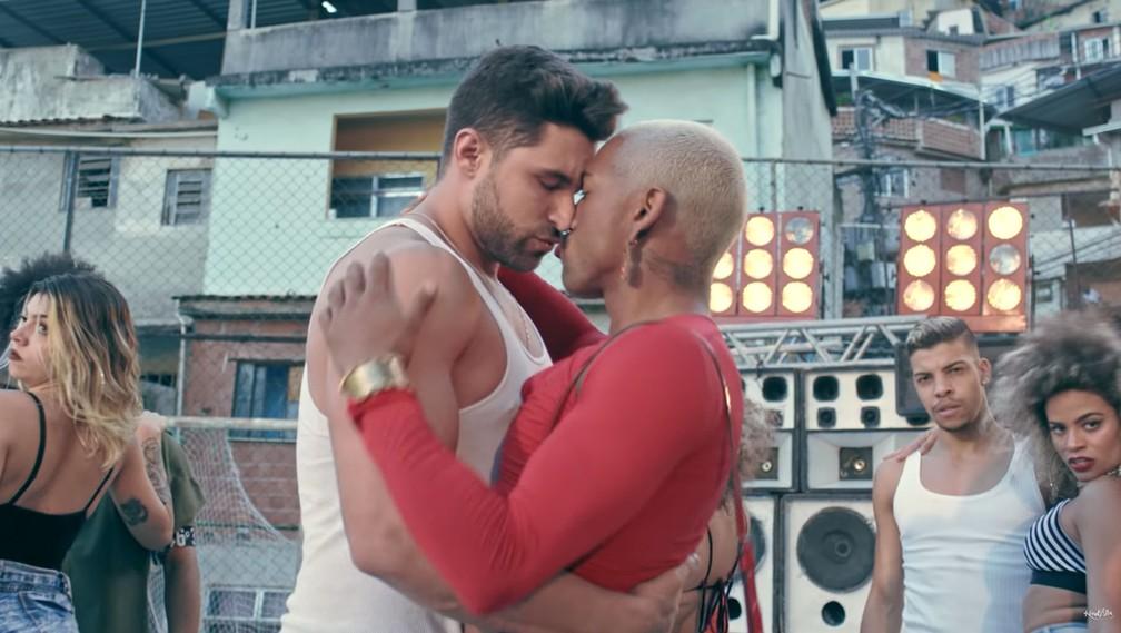 Nego do Borel beija modelo em clipe de 'Me solta' (Foto: Reprodução/YouTube/Canal KondZilla)