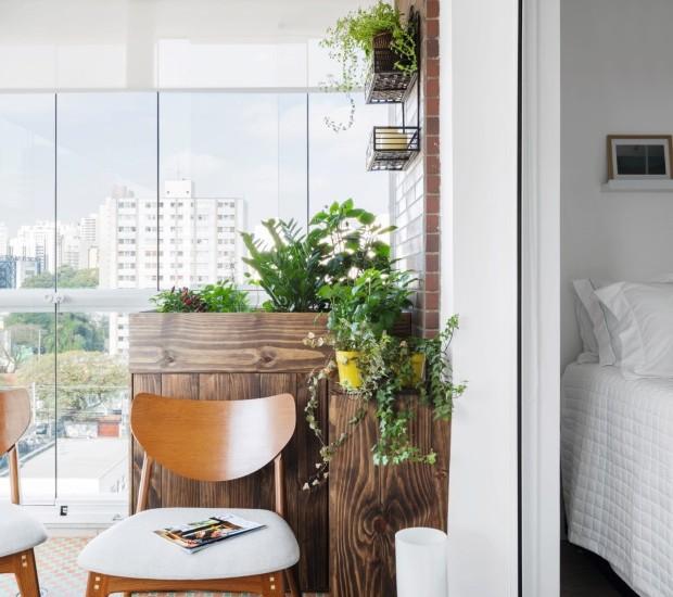 A varanda de 11 m² foi transformada em cozinha, e, para esconder o motor do ar-condicionado que já ocupava a área, a arquiteta Marcela Madureira criou uma caixa de MDF e instalou por cima dela uma horta (Foto: Mariana Orsi / Divulgação)