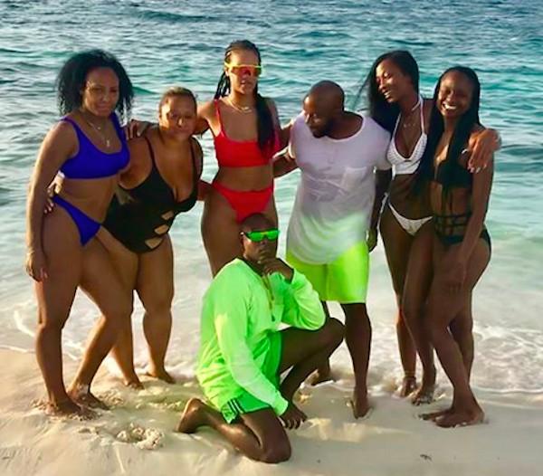 A cantora Rihanna em uma praia na companhia de amigos (Foto: Instagram)