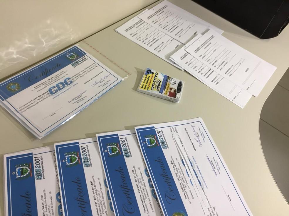 Homem foi preso no Recife por emitir certificados falsos de conclusão de supletivo do ensino médio — Foto: Mônica Silveira/TV Globo