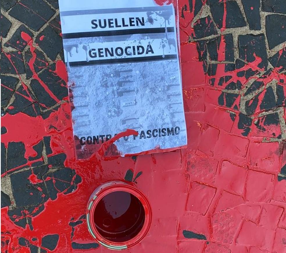 Panfletos com os dizeres 'Suéllen genocida' foram encontrados em frente ao Sincomércio de Bauru — Foto: Sincomércio/Divulgação