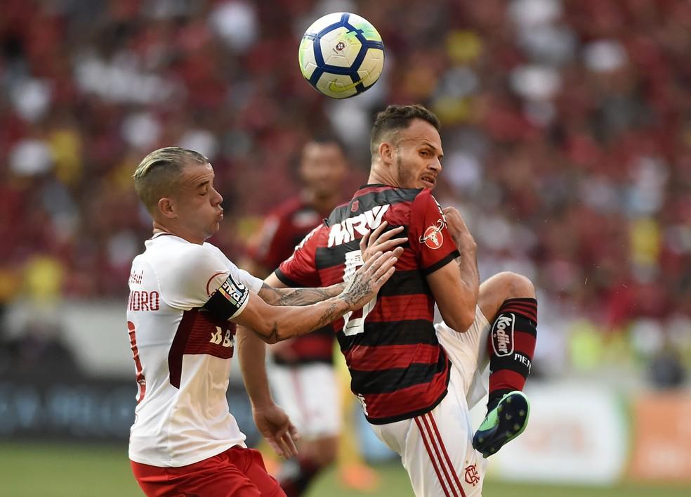 Renê em disputa com D´Ale: foram 56 passes certos contra o Inter, 100% de aproveitamento  (Foto: André Durão)