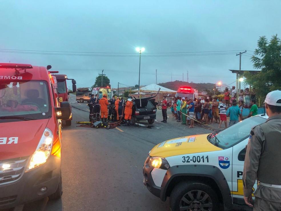 Policiais militares ajudaram a isolar a área do acidente para facilitar o trabalho dos Bombeiros — Foto: Divulgação / André Henrique - Corpo de Bombeiros