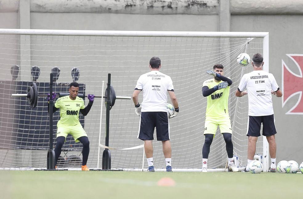 Fernando Miguel e Jordi trabalham com Carlos Germano em treino do Vasco — Foto: Rafael Ribeiro/Vasco da Gama
