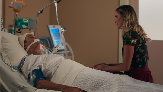 Ricardo fala com Tânia e ela se emociona