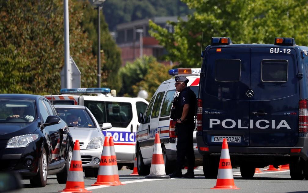 Policiais franceses e espanhóis checam veículos na fronteira entre os dois países, na véspera da abertura do G7 em Biarritz, na sexta-feira (23) — Foto: Reuters/Stephane Mahe