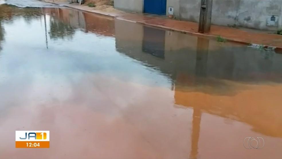 Esgoto se mistura com água da chuva e causa mau cheiro em Palmas — Foto: Reprodução/TV Anhanguera