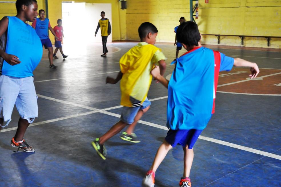Apesar das limitações físicas, Phelipe se dedida aos treinos de futebol — Foto: Camilla Resende/ GE