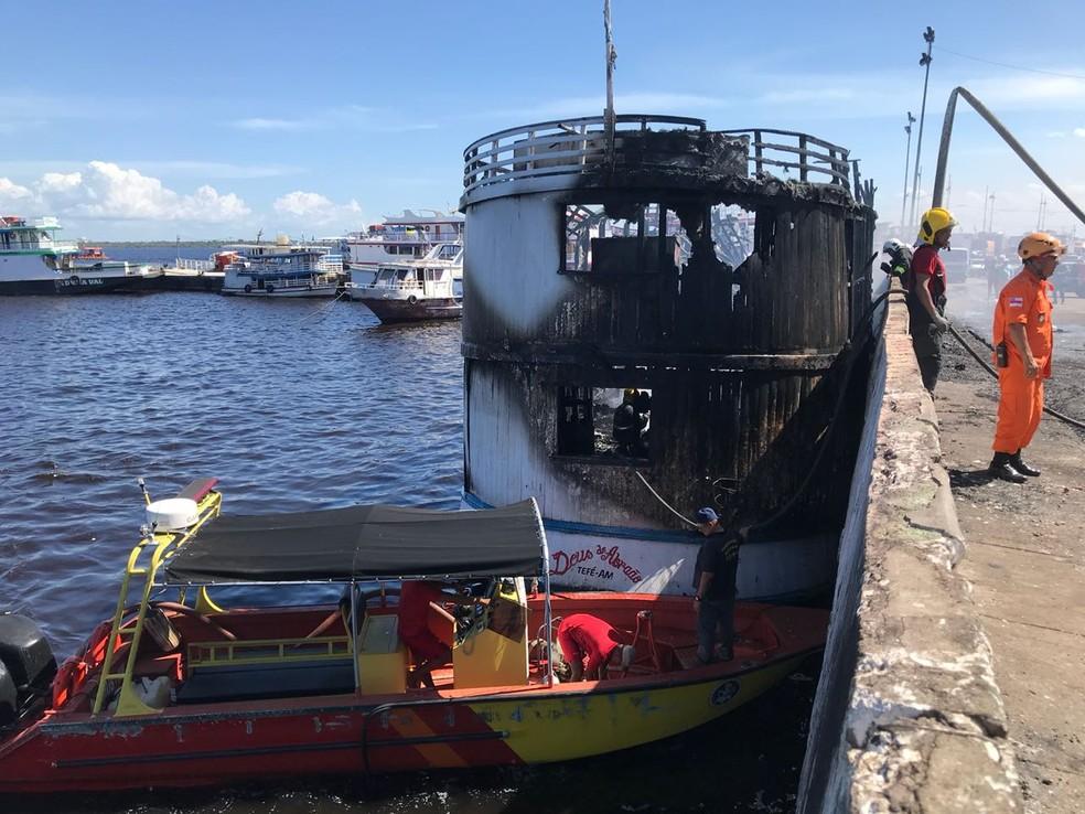 De acordo com testemunhas, seis pessoas estavam na embarcação (Foto: Patrick Marques/G1 AM)