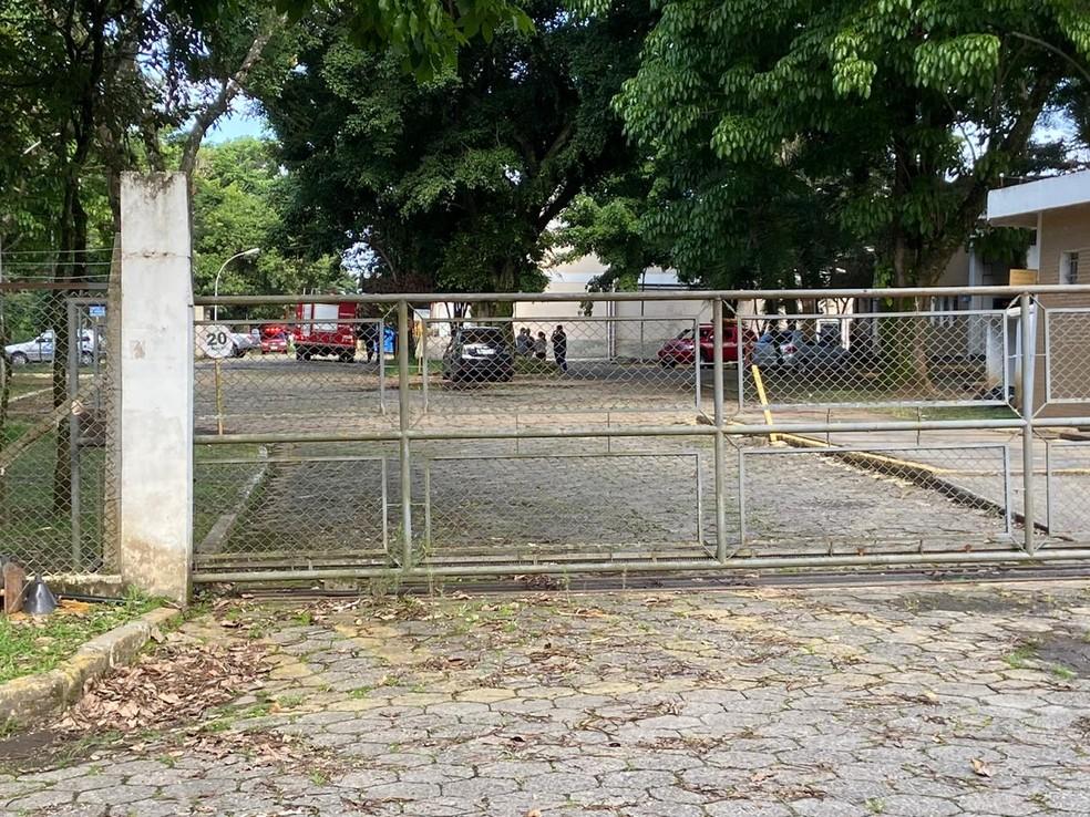 Vítima teve ferimentos leves e foi socorrida pelos bombeiros para o pronto-socorro de Jacareí — Foto: André Rosa/TV Vanguarda