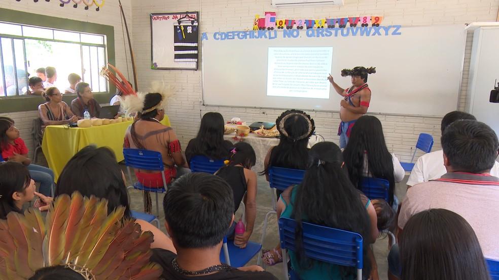 Gamalonô aprensentou a dissertação dentro da aldeia (Foto: Rede Amazônica/ Reprodução)