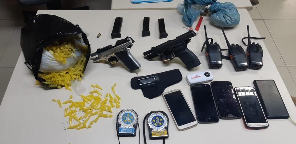 Armas, drogas, munições e celulares foram apreendidos com suspeitos em Resende — Foto: Polícia Civil