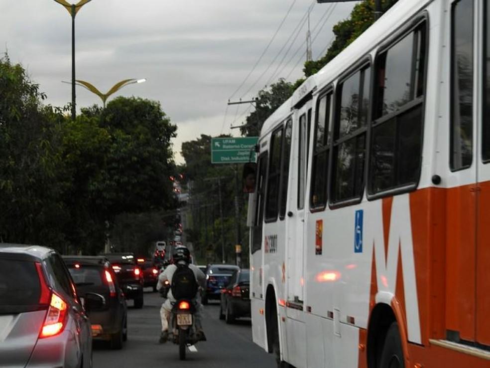Ônibus circulam normalmente em avenida de Manaus (Foto: Adneison Severiano/G1 AM)