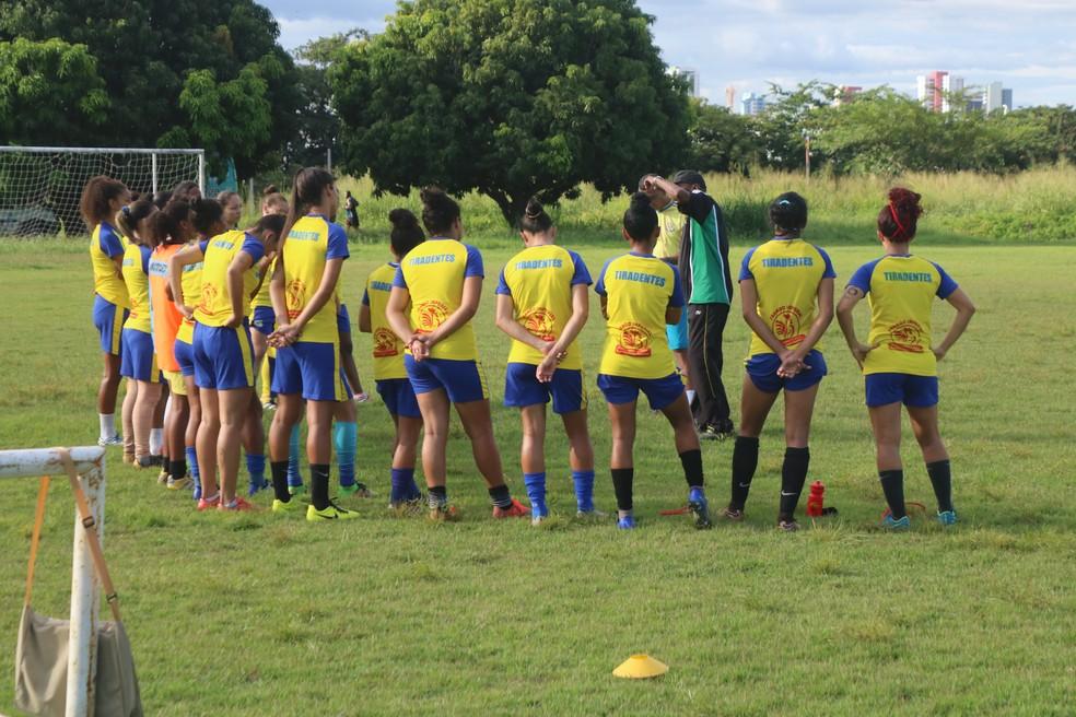 Tiradentes-PI fez último treino antes da viagem (Foto: Arthur Ribeiro/GloboEsporte.com)