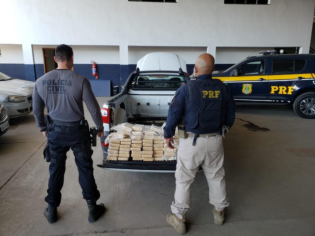 Polícia Civil e Polícia Rodoviária Federal prendem ex-policial civil paulista com 110 tabletes de pasta base de cocaína — Foto: Divulgação/PRF