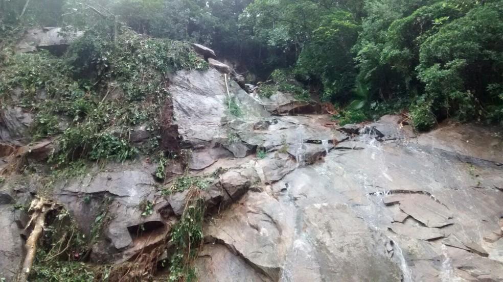 Técnicos e engenheiros analisam possíveis novas áreas de risco na Rodovia Mogi-Bertioga, SP (Foto: Divulgação/DER)