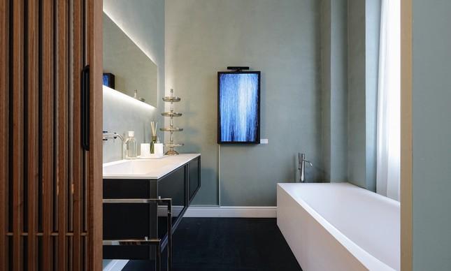 Um dos banheiros dos mini-apartamentos decorados
