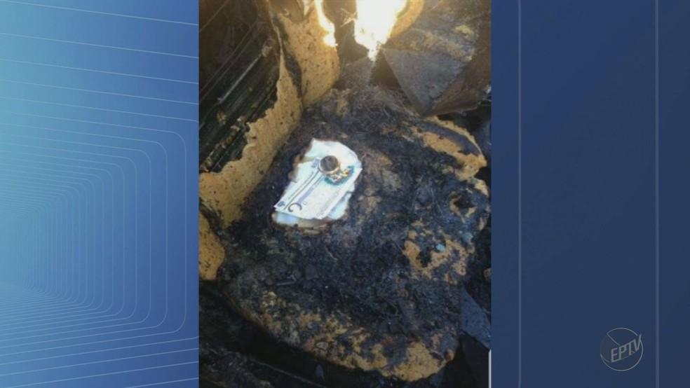 O porta hóstia, o terço e a oração no banco do carro destruído pelo fogo em Franca