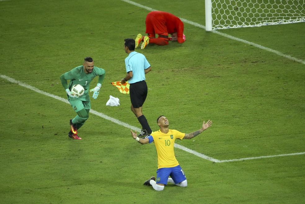 Neymar e Weverton comemoram a vitória sobre a Alemanha na final da Rio 2016: nenhum jogador que esteve em campo na ocasião foi convocado — Foto: Reuters