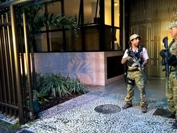 Polícia está na casa do ex-governador Sérgio Cabral (Foto: Carlos Brito / G1)