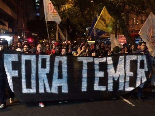 Grupo pede a saída de Michel Temer  (Foto: Fábio Almeida/RBS TV)
