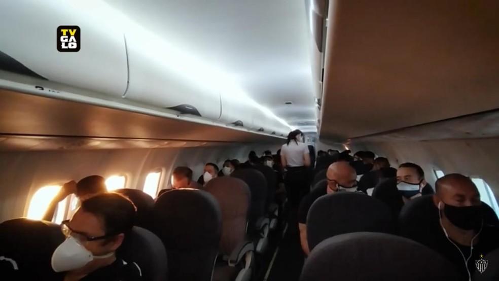 Maior parte dos passageiros do Galo em fileiras separadas e distanciamento — Foto: Reprodução Galo TV