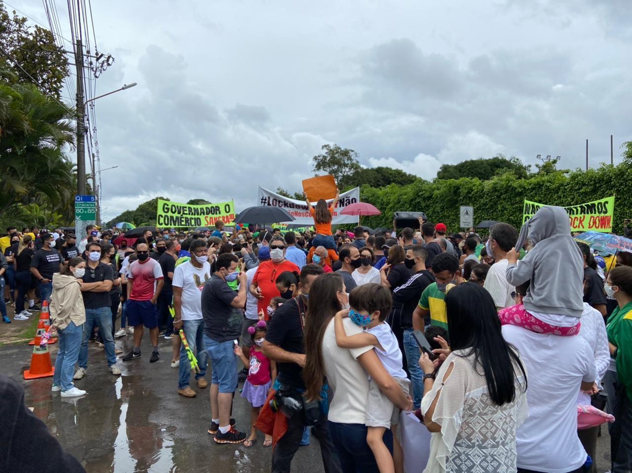 Grupo faz protesto em frente a casa de Ibaneis contra suspensão de atividades no DF