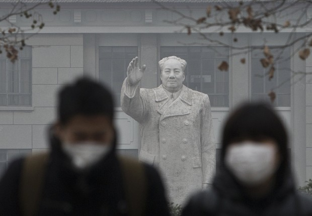 Chineses usam máscara para se proteger da poluição na China ; emissões de carbono na China ; efeito estufa ; mudança climática ;  (Foto: Kevin Frayer/Getty Images)