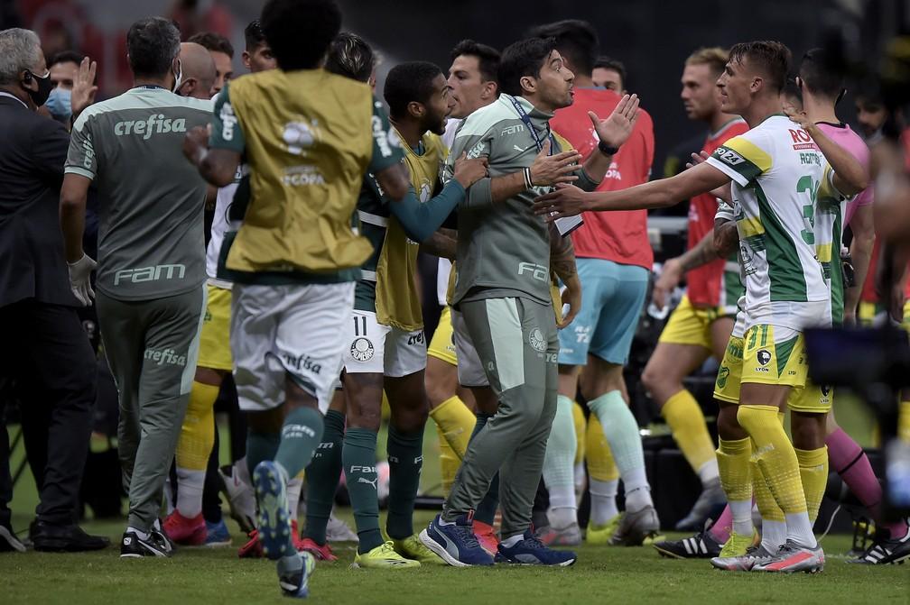 Confusão no jogo entre Palmeiras e Defensa y Justicia, pela Recopa Sul-Americana — Foto: Staff Images/Conmebol