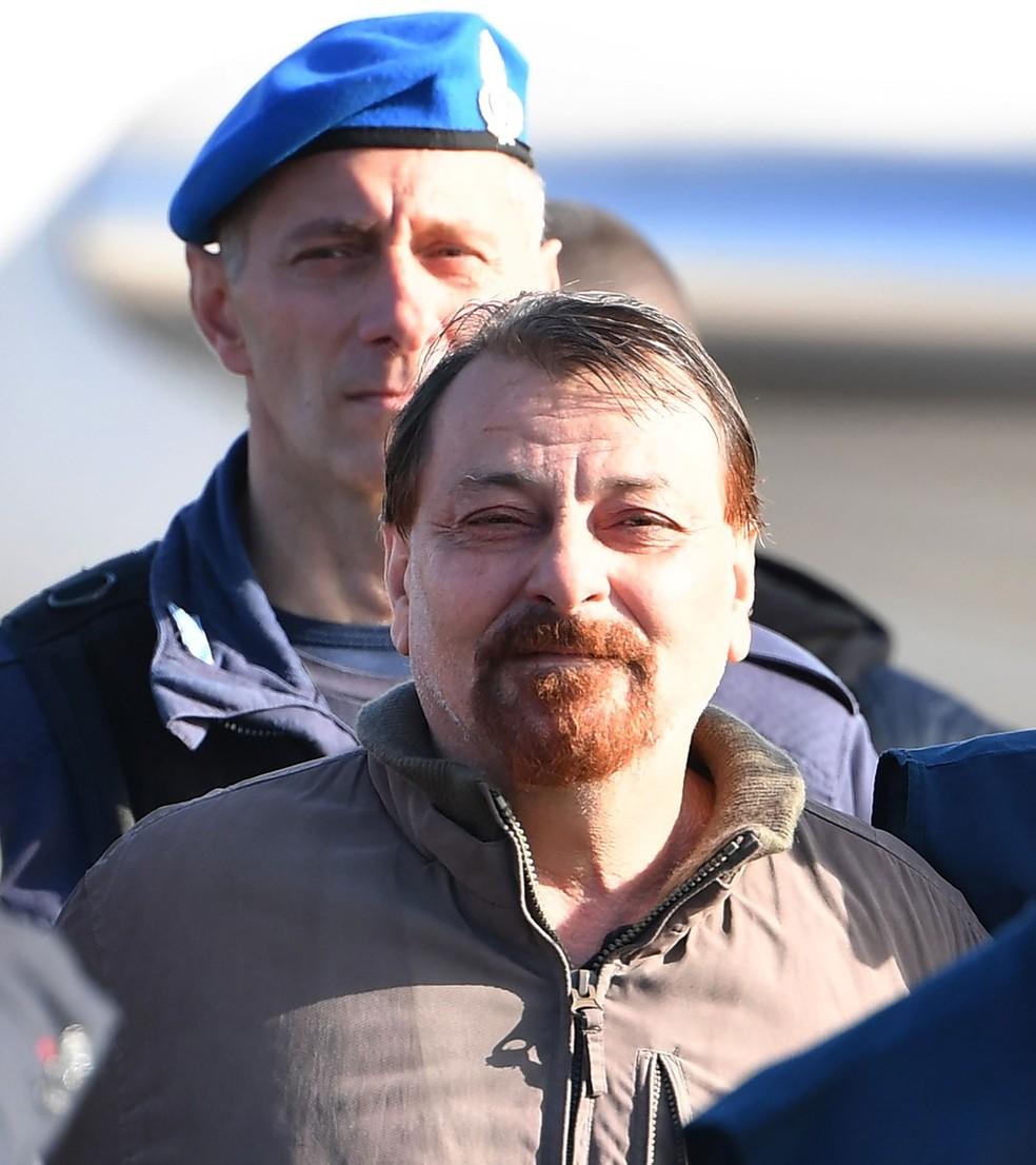 Cesare Battisti chegou a Roma, na Itália, na manhã desta segunda-feira (14)  — Foto: Alberto Pizzoli / AFP