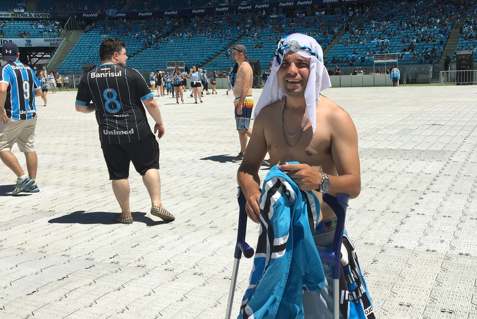 Maycon não se importou com o pé machucado e foi para o meio da torcida no gramado da Arena (Foto: Bárbara Natália/Divulgação)