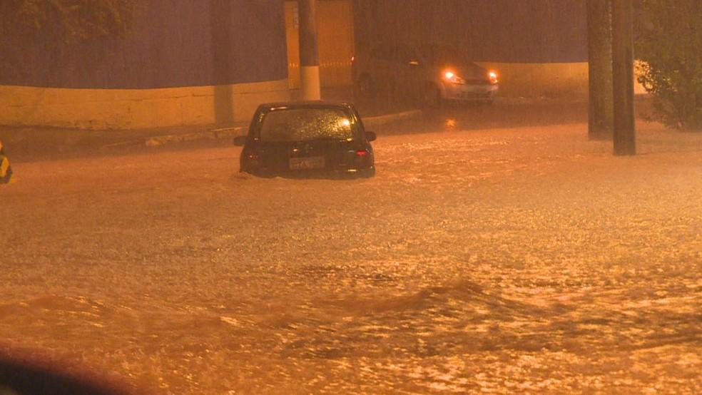 Chuva toma conta de rua em Belo Horizonte — Foto: Globo