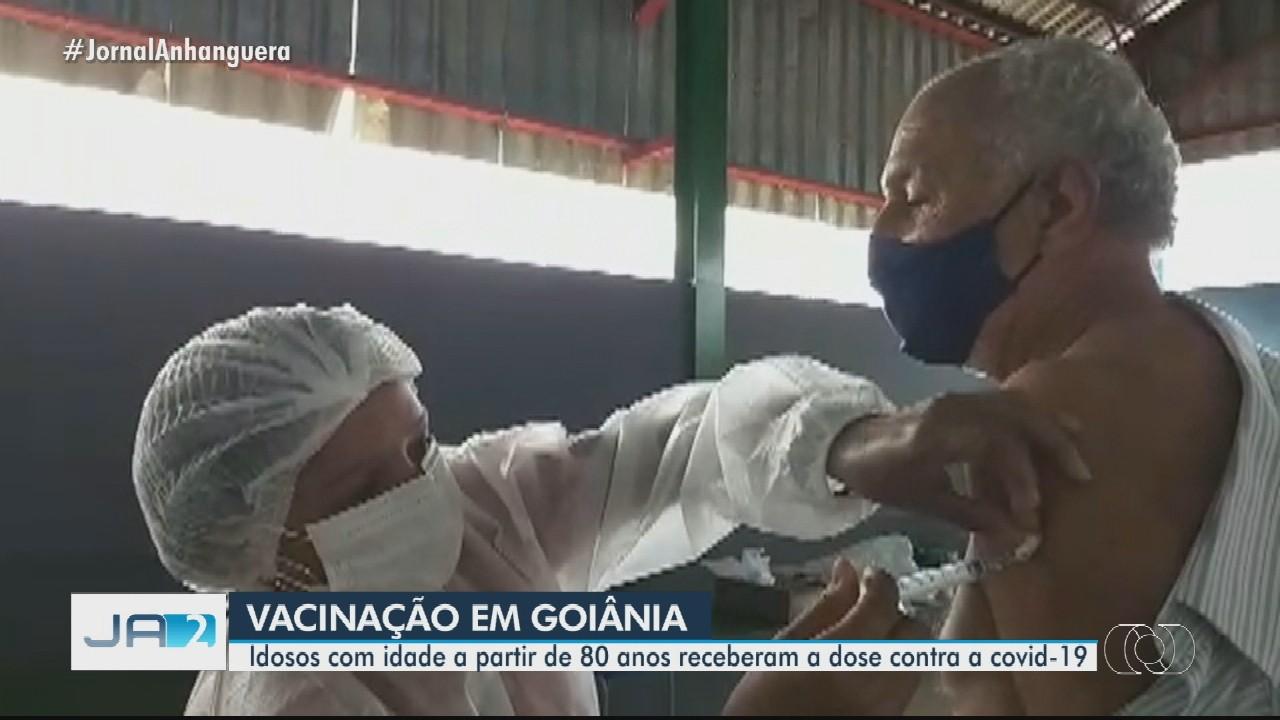 Idosos a partir de 80 anos são vacinados contra a Covid-19 em Goiânia