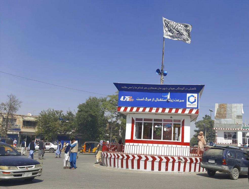 Bandeira do Talibã na praça central da cidade de Kunduz, que foi tomada pelo grupo extremista, em 8 de agosto de 2021 — Foto: Abdullah Sahil/AP