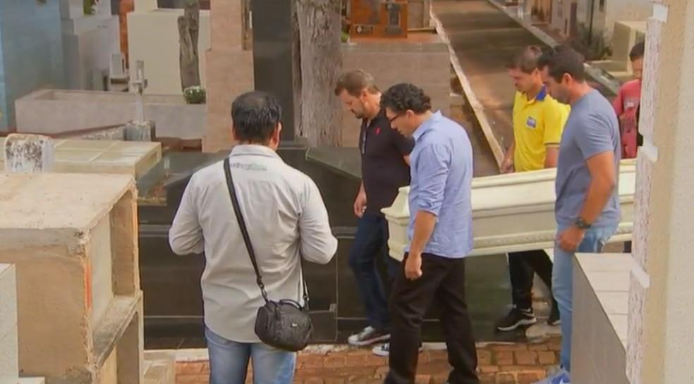 Jogador do Flamengo, Gedson Beltrão dos Santos Corgosinho, foi enterrado em Itararé — Foto: Reprodução/TV TEM