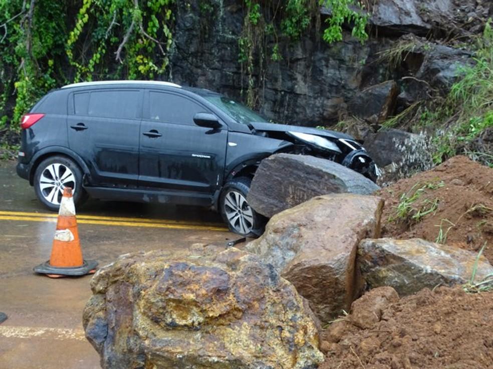 carro bateu na barreira de interdição da BR-116 em Muriaé, MG (Foto: Silvan Alves/Divulgação ) (Foto: Silvan Alves/Arquivo Pessoal)