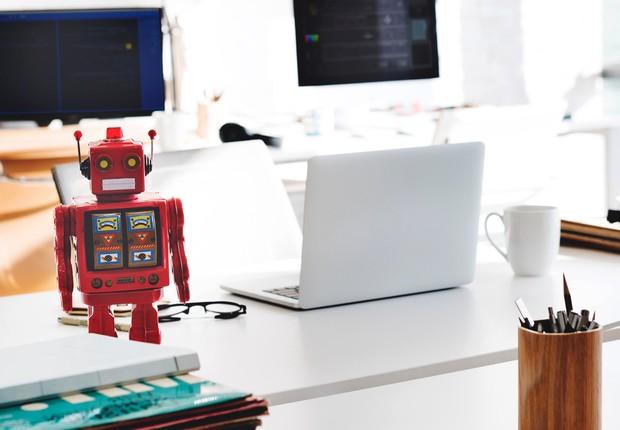 Robô sobre mesa de trabalho (Foto: Pexels)