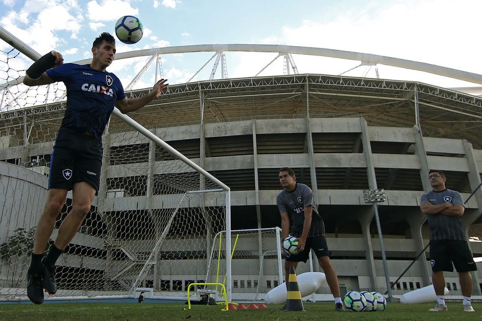 Ricardo Bastos (dir.) acompanha tratamento de Gatito desde o início — Foto: Vitor Silva/SSPress/Botafogo