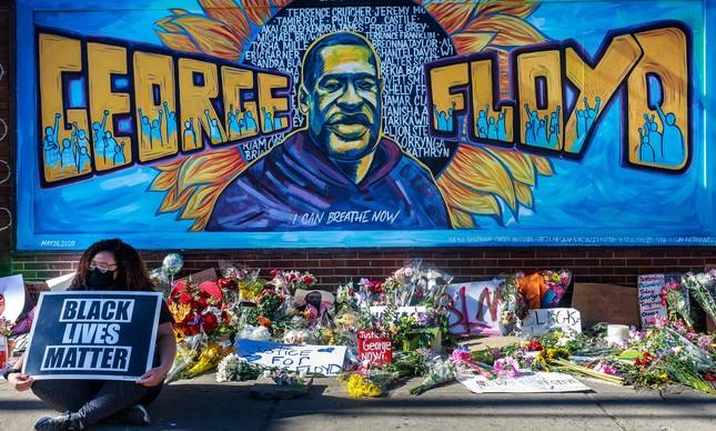 Flores e homenagens a George Floyd, deixadas em rua de Minneapolis