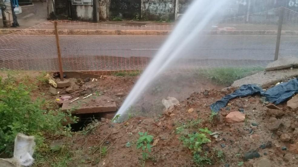 Vazamento de água na Estrada da Rainha, em Salvador — Foto: Cid Vaz/TV Bahia