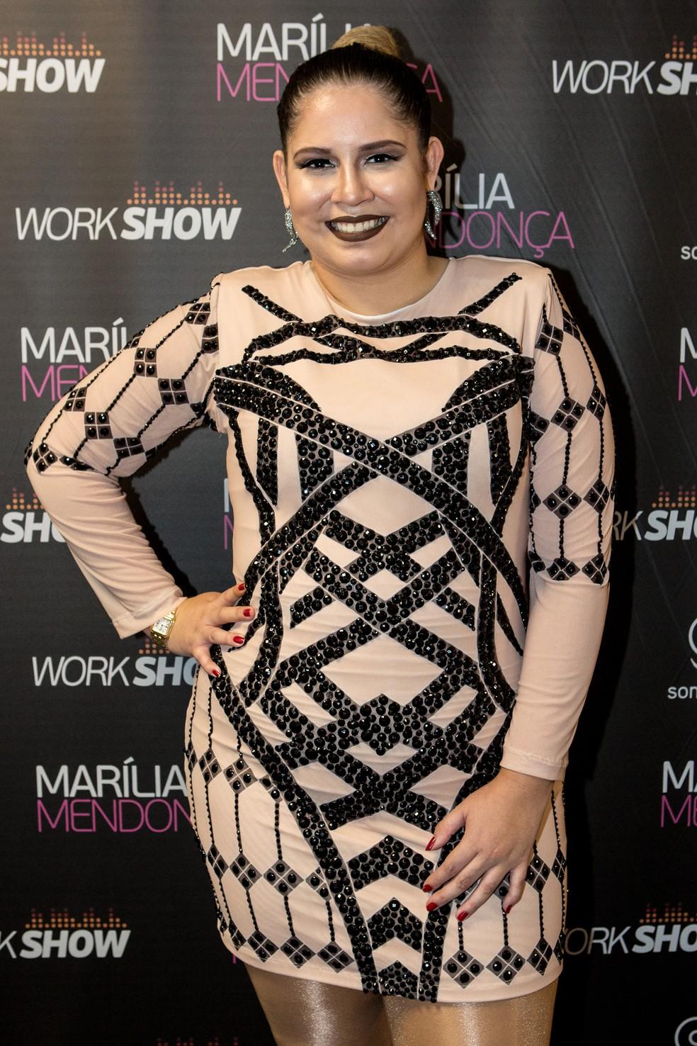 Marília Mendonça escolheu vestido com detalhes em preto para o show no festival (Foto: Fábio Rocha/Gshow)