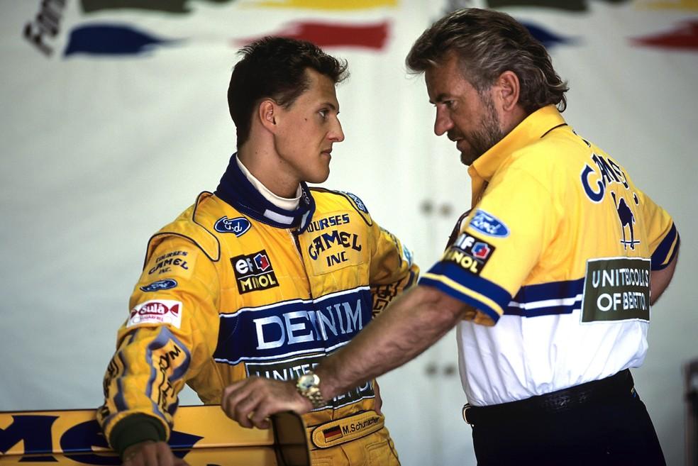 Michael Schumacher ao lado do então empresário Willi Weber em 1993 — Foto: Getty Images