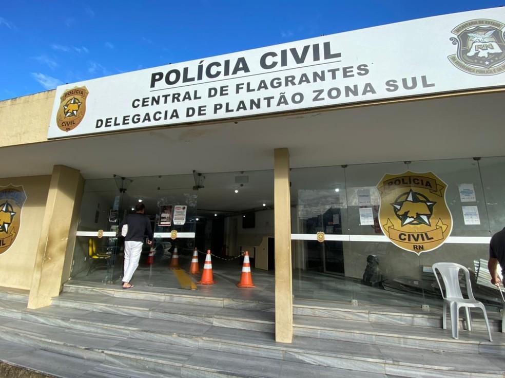 Suspeitos de assalto a turistas foram presos e levados à Central de Flagrantes da Polícia Civil em Natal. — Foto: Kleber Teixeira/Inter TV Cabugi
