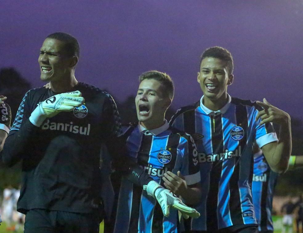 Goleiro Adriel e Pedro Lucas (C) são nomes do time sub-20 — Foto: Guilherme Rodrigues/GR Press